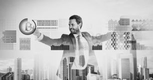 Geschäftsmannwechselwirkendes digitales Oberflächenschlüsselwährung bitcoin Digital-Geschäftsschlüsselwährung Bitcoin-Währung stockfotos