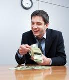 Geschäftsmannzählimpulssatz von hundert Dollar Stockfoto
