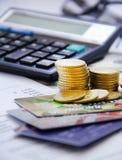 Geschäftsmannzählungs-Geldmünze mit Taschenrechnergeschäft Stockfoto