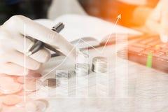 Geschäftsmannzählungs-Geldmünze mit Taschenrechnergeschäftsdiagrammen und Diagramme berichten über Tabelle, Taschenrechner auf Sc Lizenzfreie Stockfotografie