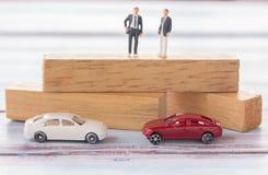 Geschäftsmannzahlen, die auf dem Holz stehen Stockbild