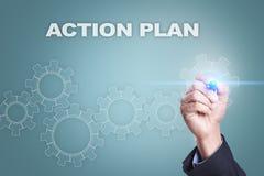 Geschäftsmannzeichnung auf virtuellem Schirm Aktionsplankonzept stockbild