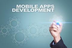 Geschäftsmannzeichnung auf virtuellem Schirm bewegliches apps Entwicklungskonzept stockfotos