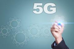 Geschäftsmannzeichnung auf virtuellem Schirm Konzept 5G Lizenzfreie Stockfotos