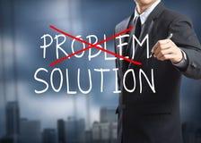Geschäftsmannzeichnung, die heraus Problem kreuzt und die Lösung findet lizenzfreie stockfotos