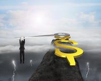 Geschäftsmannzupacken USD-Uhrhände auf Bergspitze mit drastischem Stockfoto