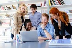 Geschäftsmitarbeiter, die im Büro sich beraten stockbild