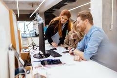 Geschäftsmitarbeiter, die im Büro sich beraten stockfotos