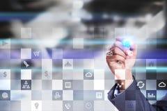 Geschäftsmodell Büroarbeitsfluß Ikonen auf virtuellem Schirm Internet und Digitaltechnikkonzept Lizenzfreies Stockfoto