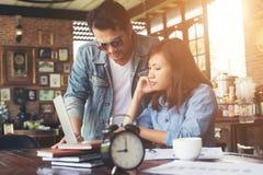 Geschäftspaare arbeiten mit Laptop am Café zusammen Stockbild