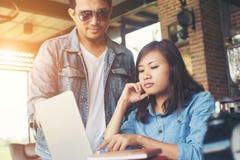 Geschäftspaare arbeiten mit Laptop am Café zusammen Lizenzfreies Stockbild