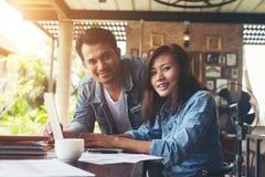 Geschäftspaare arbeiten mit Laptop am Café zusammen Stockfoto