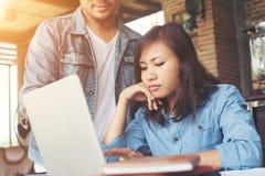 Geschäftspaare arbeiten mit Laptop am Café zusammen Stockbilder