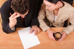 Geschäftspaare, die über dem Vertrag arbeiten Lizenzfreie Stockfotos