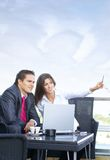 Geschäftspaare, die draußen arbeiten Lizenzfreie Stockbilder