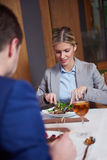 Geschäftspaare, die zu Abend essen Stockfoto