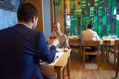 Geschäftspaare, die zu Abend essen Lizenzfreies Stockfoto
