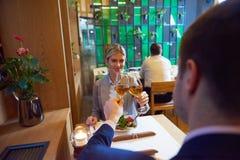 Geschäftspaare, die zu Abend essen Stockfotos