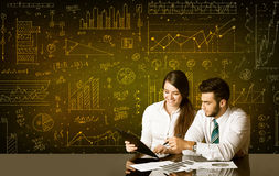 Geschäftspaare mit Diagrammhintergrund Stockbilder
