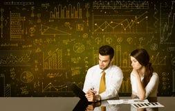 Geschäftspaare mit Diagrammhintergrund Stockfoto