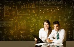 Geschäftspaare mit Diagrammhintergrund Lizenzfreies Stockfoto