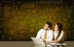 Geschäftspaare mit Diagrammhintergrund Stockfotografie