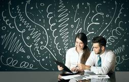Geschäftspaare mit gelockten Linien und Pfeilen Lizenzfreies Stockfoto