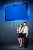 Geschäftspaare mit glänzender Tablette Lizenzfreie Stockfotos