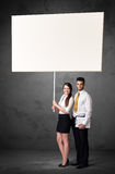 Geschäftspaare mit leerem whiteboard Stockfoto