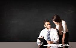 Geschäftspaare mit schwarzem Hintergrund Stockbilder