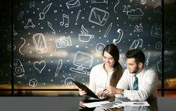 Geschäftspaare mit Social Media-Symbolen Stockfotos
