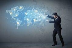 Geschäftsperson, die auf der ganzen Welt digital erzeugte Karte mit Flächen zeigt Lizenzfreies Stockbild