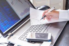 Geschäftsperson, die an Berechnung arbeitet Lizenzfreies Stockfoto