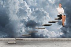 Geschäftsperson, die ein Treppenhaus steigert Lizenzfreies Stockfoto
