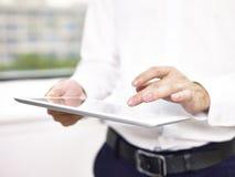 Geschäftsperson, die eine Tablette verwendet lizenzfreie stockfotos