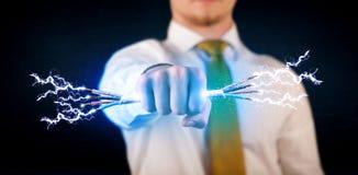 Geschäftsperson, die elektrische angetriebene Drähte hält Lizenzfreies Stockfoto
