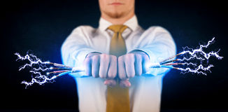 Geschäftsperson, die elektrische angetriebene Drähte hält Lizenzfreies Stockbild