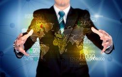 Geschäftsperson, die Erdstatistikkarte hält Stockfoto