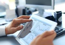 Geschäftsperson, die Finanzstatistik analysiert Lizenzfreies Stockfoto