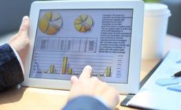 Geschäftsperson, die Finanzstatistik analysiert Lizenzfreie Stockfotos