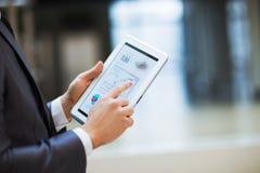 Geschäftsperson, die Finanzstatistik analysiert Lizenzfreies Stockbild
