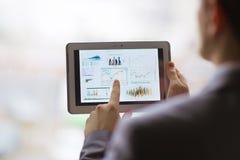Geschäftsperson, die Finanzstatistik analysiert Stockfotografie