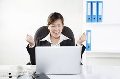 Geschäftsperson, die ihre Aufregung zeigt Lizenzfreies Stockbild