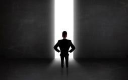 Geschäftsperson, die Wand mit heller Tunnelöffnung betrachtet Lizenzfreie Stockfotografie