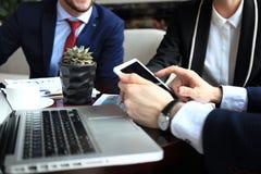 Geschäftsperson, welche die Finanzstatistik angezeigt auf dem Tablettenschirm analysiert Lizenzfreies Stockbild
