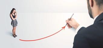 Geschäftsperson, welche die Linie eigenhändig gezeichnet betrachtet Lizenzfreies Stockfoto
