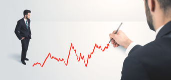 Geschäftsperson, welche die Linie eigenhändig gezeichnet betrachtet Lizenzfreies Stockbild