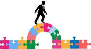 Geschäftspersonen-Puzzlespielbrücke zur Lösung Lizenzfreie Stockfotos