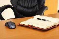 Geschäftspersonenarbeitsplatz im Büro Stockfotos