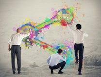 Geschäftspersonenfarben-Anteilikone auf einer Wand stockfotografie